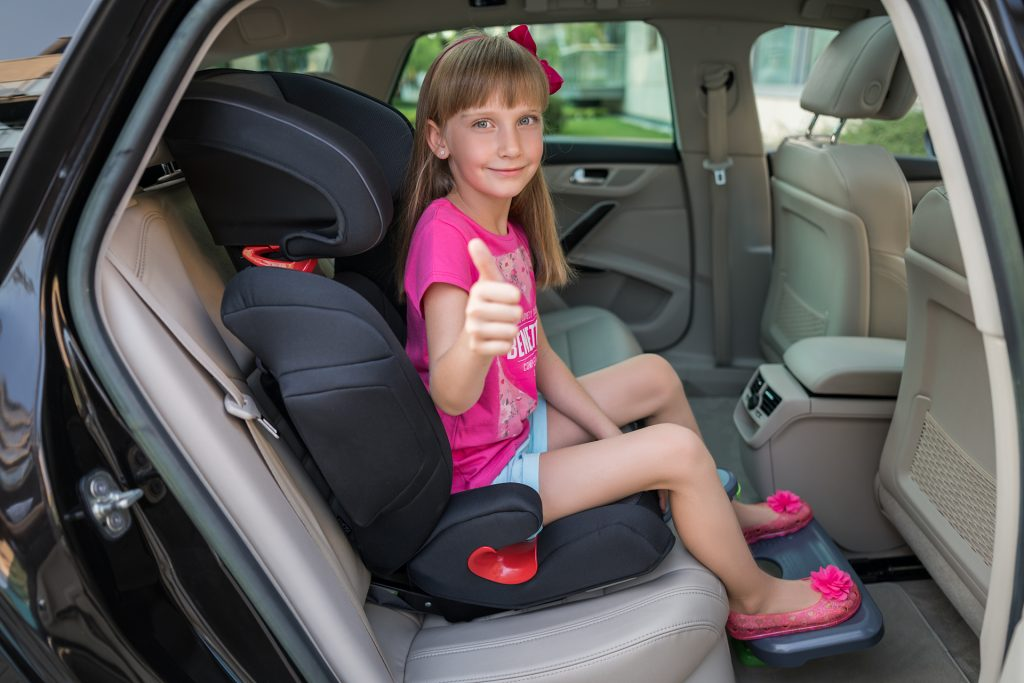 Correct body posture with KneeGuardKidsitting in the car seat.